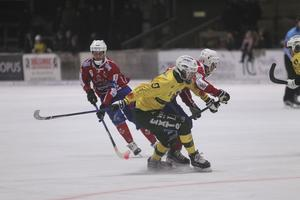 Robin Rebermark (nummer 6) och hans Västanfors har haft två tuffa matcher mot Ljusdal.