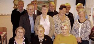 PRO Grytnäs har uppvakta de av medlemmarna som under innevarande år fyllt 80 eller 90 år. På bilden syns i främre raden från vänster Irma Svedberg, Anna Lisa Larsson och Anita Steiner. I andra raden från vänster syns fr v Hans Söderström, Barbro Ander, Ingalill Bergman och Birgitta Wikström. I bakre raden står från vänster Torsten Nordin, Göran Nilsson, Erland Kax, Tage Karlsson och Kjell Norlander. Foto: Olle Kronberg.