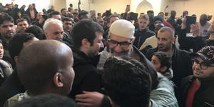 Abo Raad välkomnas tillbaka till församlingen i samband med fredagsbönen i Gävle moské. Gefle Dagblad var inte välkomna, på grund av tidningens omfattande granskning av imamen och hans kopplingar till extremistisk islamism flera år innan Säpo-gripandet. Bilden är tagen av Arbetarbladets fotograf som blev insläppt.