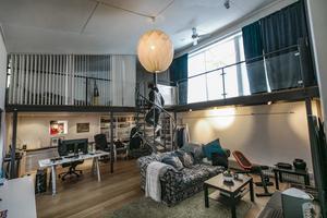 Fredrik Bäck studerar på Mittuniversitetet och bor i det maffiga rummet som vetter mot Tannhöjdsvägen. Rummet har även egen ytteringång.