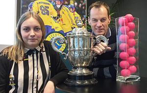 Bandypuls Jonna Igeland och Johan Solum tillsammans med VM-pokalen.