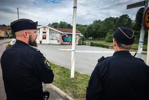 Skjutningen ska ha ägt rum på parkeringen framför Grytakiosken.  på Hermelinvägen. Polis bevakade under tisdagsmorgonen platsen i väntan på tekniker.