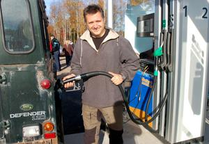 Dick Eriksson tankar sin Land Rover.
