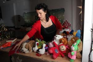 Hon vet hur det känns när pengarna inte räcker inför helger. Nu ordnar Carla Dahlberg insamlingar och gratis julklappsutdelning genom föreningen Hjälptill.nu i Falun.