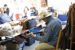 Det sociala företaget Dece var ett av ställena Doug Seegers besökte tidigare i höst under sin resa till Rumänien. Dece tillverkar mössor, skärp och andra produkter i textil och skinn. Båda stöttas av Erikshjälpen för att skapa försörjning för romer i Rumänien. Foto: Erikshjälpen