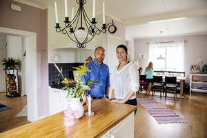 Köket har en lantlig stil med ljus inredning och bänkskivor i ek och väggarna är ljust lila. I anslutning till köket ligger matrum och vardagsrum.