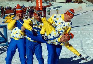 Torgny Mogren tas på en flygtur av sina lagkamrater efter OS-guldet i Calgary 1988. Från vänster: Thomas Wassberg, Jan Ottosson och Gunde Svan. Bild: Jan Collsiöö/TT.