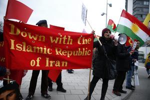 Demonstranter protesterar mot Irans regim utanför Friends Arena i Solna inför fotbollslandslagets landskamp mot Iran. Bilden är från 2015. Foto: Fredrik Persson / TT