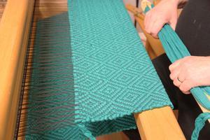 Gåsöga- mönster, ett mönster med formationer som ser ut som gåsögon, på Sörens fru Gunnels vävhantverk.