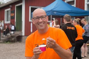 Marcus Jakobsson, ungdomsledare, var glad över att ha fått en mjukglass.