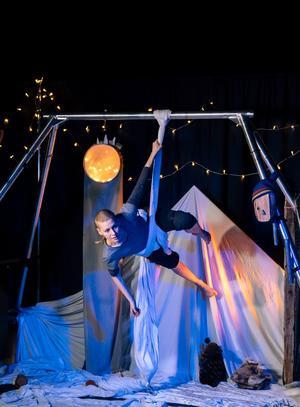 Midvintersaga, en föreställning som kombinerar cirkus, sång, musik och jojk visas 17 november i Strömsund. Foto: Nordcirkus.