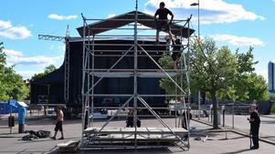 De sista metallställningarna inför öppnandet av Dalecarlia Music Festival monteras noggrant. FOTO: Erik Augustin Palm