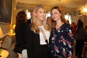 Emma Henningsson och Linn Wigren minglade runt på Slottet. De går båda tredje året på Personal och arbetslivsprogrammet. De uppskattar möjligheten att få nätverka och knyta kontakter med företag.