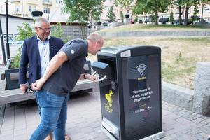 Sex wifi-soptunnor fanns i Södertälje centrum på försök i ett halvår. De kunde komprimera skräpet, och larma när det var dags att tömma. På bildens syns Per Duvner och Tomas Thernström.