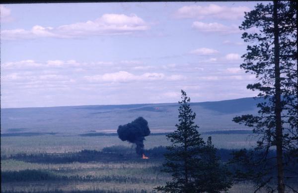 Under delar av 1960-talet utförde flygvapnet vapentester intill Hedebanan, där man tränade att skjuta på tågvagnar. Under ett test år 1966 kraschade ett plan på en myr i närheten av Hedebanan. Piloten klarade sig oskadd och om du tittar riktigt noga kan du se pilotens fallsmärm til höger om rökmolnet.Foto: Bertil Sandström.