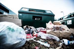 Vid miljöstationen utanför Coop i Sundborn dumpas sopor när kärlen är fulla.