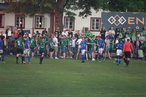 Full kalabalik bröt ut mellan spelare och publik i den andra halvleken.