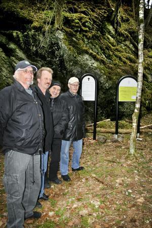 Högtidlig minnesstund. Jan Ekblom, Per Eriksson, Sven-Erik Linderoth och Torsten Nilshamre deltog vid avtäckningen av minnestavlan över den tragiska gruvolyckan i Västerbygruvan 1768.