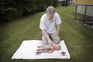 Hjärtmassage. – Kompressioner till spädbarn ger man med endast två fingrar mot bröstbenet, förklarar Tommy Jansson, gruppledare för första hjälpen-gruppen, Röda korset i Sala.Foto: Iris Tiitto