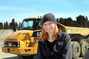 Linda Höglund från Åre är enda kvinnliga maskinföraren på bygget.