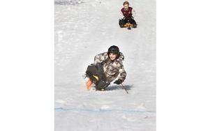 Tvåan i ungdomsklassen Isak Hagman flyger mot mållinjen.