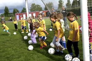 Blivande fotbollsproffs. Flera av tjejerna som är fem och sex år tyckte fotbollsskolan var jättekul.