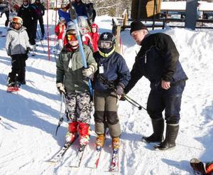 Sebastian Carlberg, 10 år, och Peter Hedström, 11 år, som går på Järåskolan i Bispgården, får åka gratis. Rolf Nilsson, som driver anläggningen hjälper till med liftbygeln.