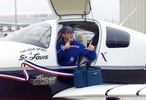 Charles Lindberghs sonson Erik Lindbergh gör sig beredd att flyga över Atlanten 2002, som en del i 75-årsfirandet av hans farfars bravad.