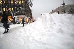 Överallt i stan syns dessa meterhöga snöberg som plogbilarna skapat.