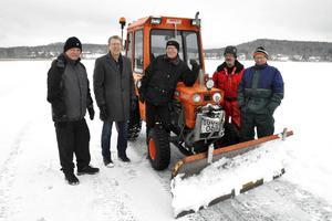 Kent Engström, Lennart Fyrk, Hans Pernsjö, Nils Lindgren och Rune Bernhardsson från Brunnsjöns Vintervänner tillsammans med föreningens traktor.