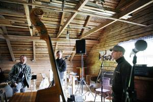Det är på övervåningen till Nicanor och Märta Lindqvists gamla hus som gårdens replokal ligger. Trots den starka musikaliska tradition som finns i släkten har var och en haft sin egen ingång till musicerandet.– Jag var en rebell och började inte spela förrän jag var tjugo. Och då var det festen som fick mig att börja, när folk satt och sjöng och spelade gitarr så blev jag ju sugen, berättar Hasse Lindqvist.