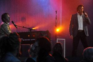 Träffsäkra tolkningar och imitationer av Johnny Cash, Dolly Parton, Elvis Presley och Jerry Lee Lewis framfördes av Ted Åström, Cecilia Karlsson, Henrik Åberg och Jerry Carlson.