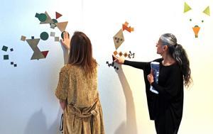 Utställningen innehåller också interaktiva moment där besökarna själva kan skapa i den abstrakta konstens formspråk.