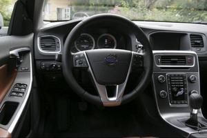 Interiören i V60 delar det mesta med S60, med en smäcker mittpanel som har fack bakom.