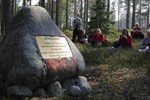 Paus vid minnesstenen i samband med besök vid Årskogens kolmila 2006.