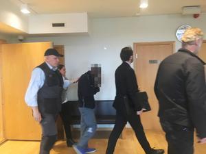 Den 31-årige mannen förs ut ur rättssalen efter att ha häktats misstänkt för rån av Joel jewelry på Nygatan i Södertälje i fredags.