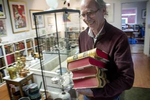 Torbjörn Brandt i sitt antikvariat. I tonåren läste han Lilla uppslagsboken från pärm till pärm. Och kärleken till samlat vetande har inte gått över med åren.