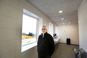 Rikard Jakobsen visar toalettavdelningen där utsikten är fin.