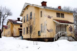 Arbetarbostäderna efter Björkallén var i slutet av 1800-talet unikt i sitt slag. Men på senare år har Källfallet varit i förfall. Kanske kan nu byalagets medlemmar ge det en ny framtid?