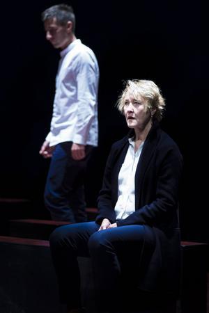 Sonen Tomas (Peter Perski) vill bli präst. Hans mamma, erkänd och välkänd professor (Cecilia Nilsson) försöker få honom på andra tankar.