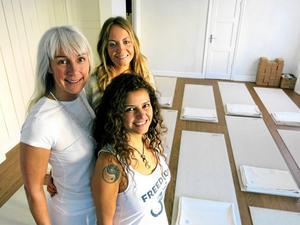 Yogalärarna Hillevi Björn och Kristin Ellner hyr in sig hos Marie Hansson på My Sangha Shala på Söder i Gävle.