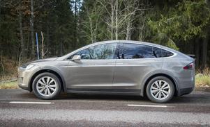 Ny modell X är en stor bil. Testbilen har sju platser och mäter fem meter på längden.