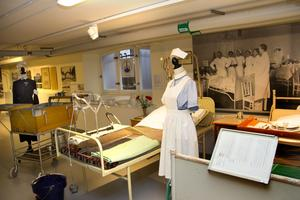 En vanlig inredning i sjukhussalar och här är det dags att förse patienterna med mat.