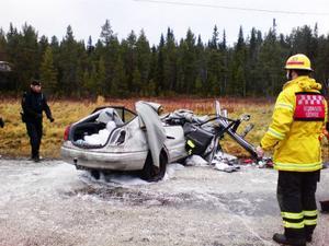 Olyckan inträffade när två bilar, en svensk- och norskregistrerad, krockade. Det var mycket halt på olycksplatsen och långa sträckor av E 14  i västra Jämtland under söndagen. De skadade klämdes fast och en räddningsinsats med bland annat ambulanshelikopter sattes in för att undsätta de fastklämda. Foto: Catarina Montell