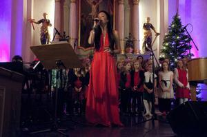 Under konserten fick Sara hjälp av Mullekören och Novakören.
