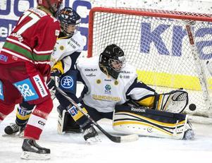 Wildcats målvakt Anna Engström fick slita hårt i matchen mot Modo – precis som hela hemmalaget. Här är det Modos Elin Johansson som på nära hålla får se Liga Miljones skott gå in i den andra perioden.