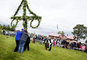 Prick klockan ett restes midsommarstången utanför Rödöns bygdegård. Uppskattningsvis 500 personer hade sökt sig dit för att fira en traditionell jämtländsk midsommar