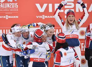 VM i Falun 2015. Maria Rydqvist och Sverige tog silver bakom det norska laget med Therse Johaug.