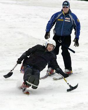 Alpina klubbens ordförande Björn Ingesson assisterade Per-Olof både upp och ned för backen.