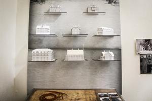 Besökarna kan också testa sina kunskaper i Köpingens byggnadshistoria. Modellhuset lyser om man kan koppla ihop huset med var det finns på statsplanen.